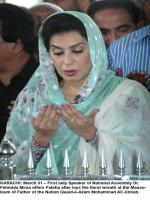 Dr. Fehmida Mirza offering Fatieha on Quaid's Mausoleum