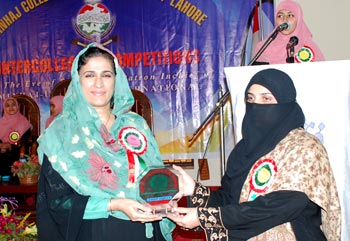 Dr. Asma Mamdot In Collge Awards Ceremony