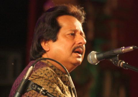 Pankaj Udhas performing