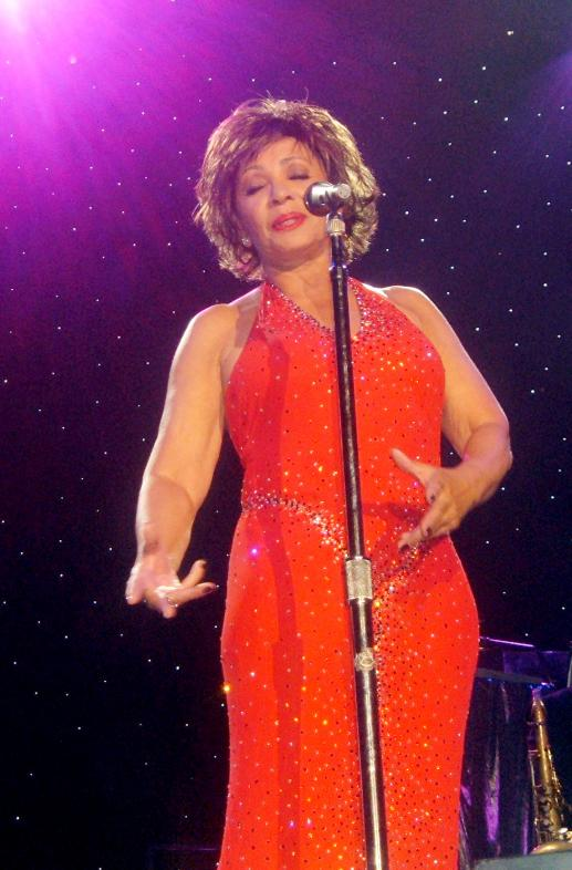 Shirley Bassey While Singing