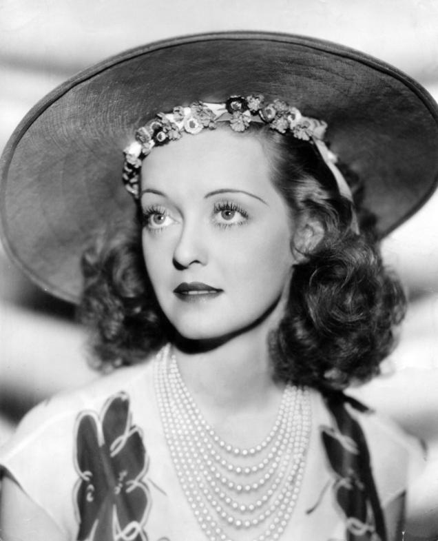 Bette-Davis-in--Warner-Bros.jpg