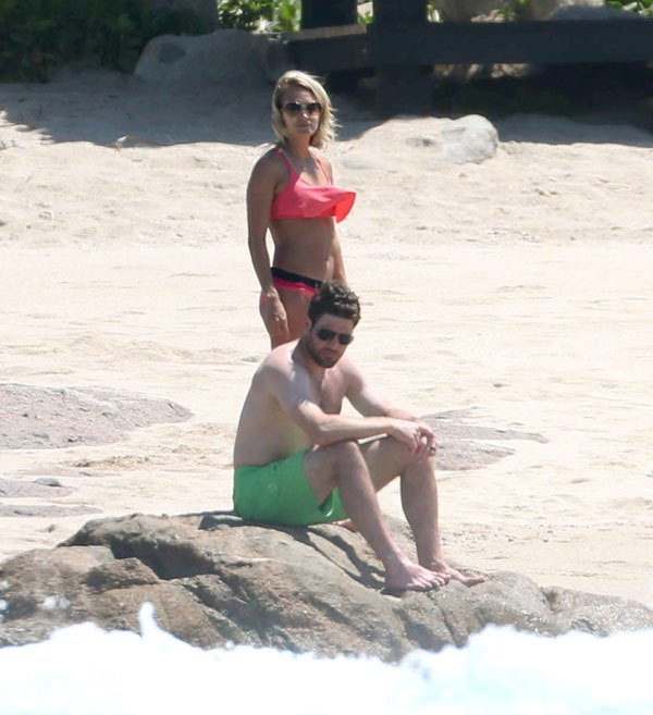 carrie-underwood with husband at beach