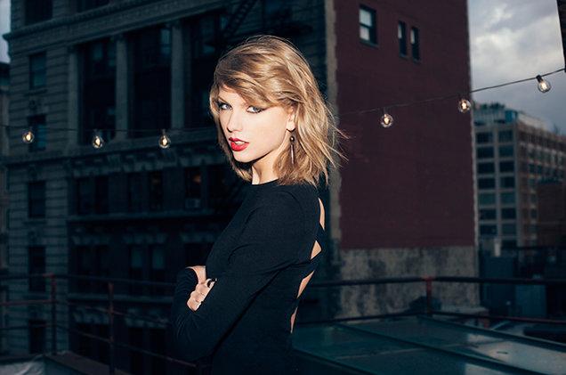 Taylor Swift  In Black Dress