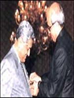 Abdul Qadeer Khan Reciving award