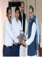 Murtaza Javed Abbasi reciving shield