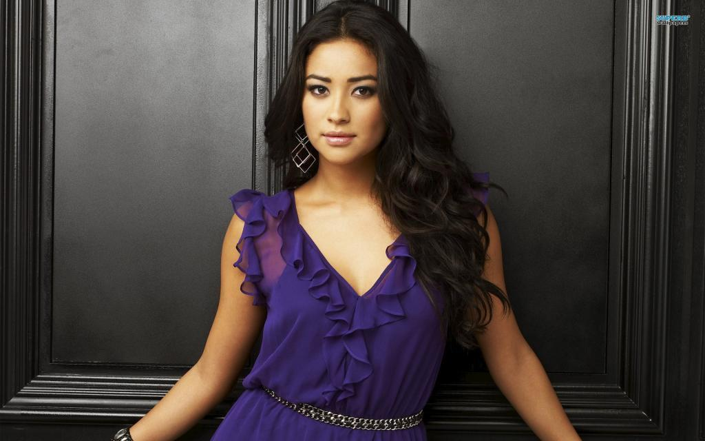 Shay Mitchell Latest Wallpaper
