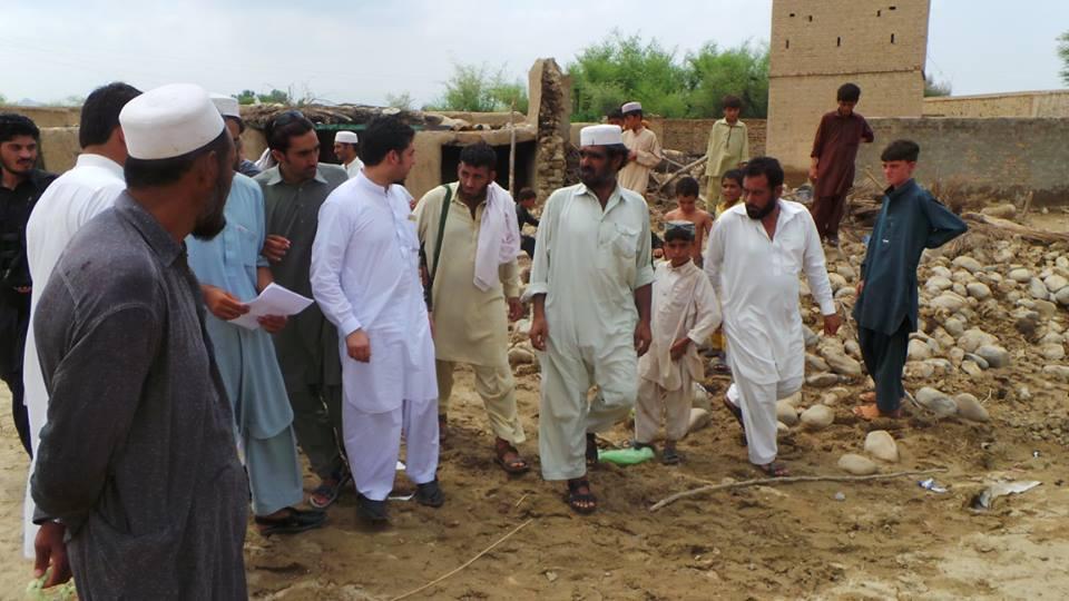Qaisar Jamal visit to flood areas fr lukki