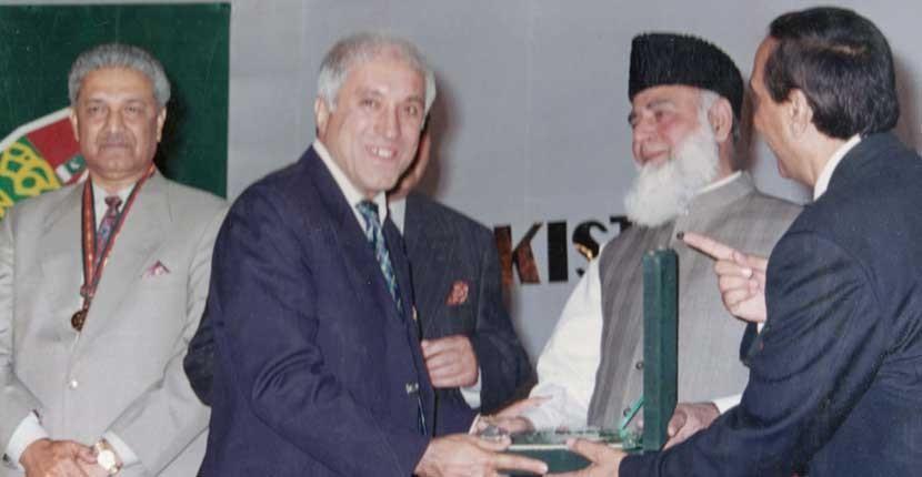 Qaiser Ahmad Sheikh Reciving Award