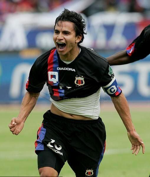 Luis Saritama dueing Match
