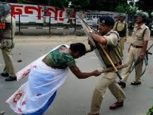 indian girl fights with police