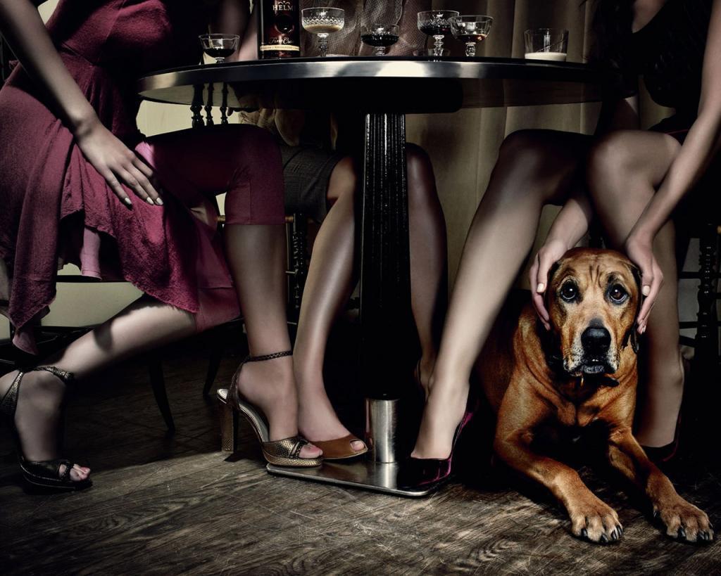 pod-stolom-foto-devushki