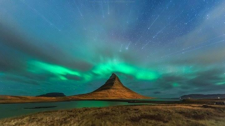 Starburst over Aurora Borealis in Iceland ... that's so amazing!