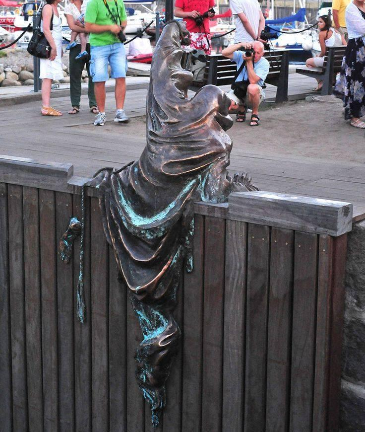 Men jumping on the wall statue